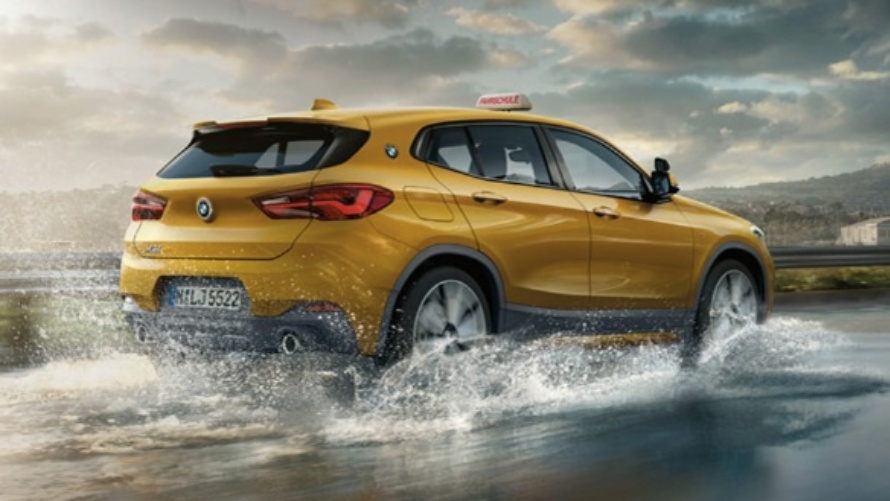 BMW X2, gelb, Fahrschulauto, Ansicht von hinten